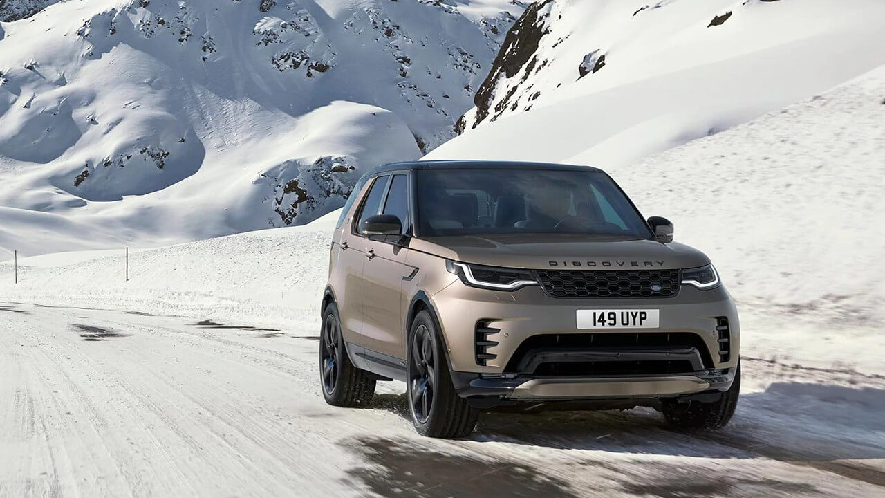 Land Rover Discovery Driving in Snow