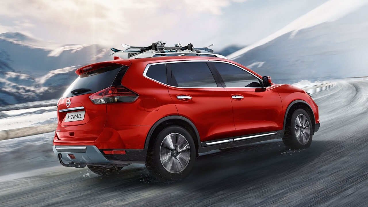 Nissan X-Trail Driving in Snow