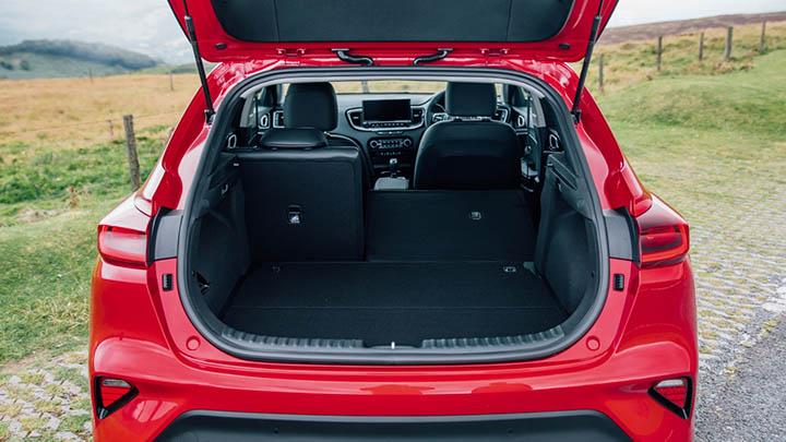 Red Kia XCeed, boot