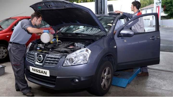 technician servicing a nissan qashqai