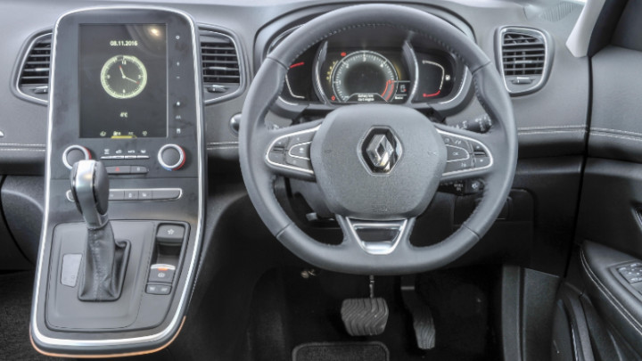 Renault Grand Scenic Driving