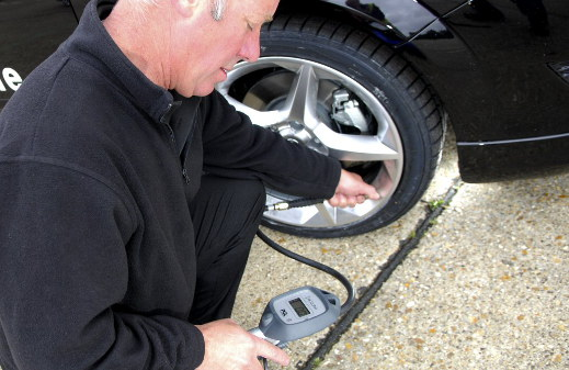 Checking a tyre pressure